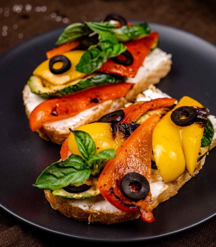 Брускетта с овощами-гриль и вялеными томатами доставка в Орле ресторан Лабиринт