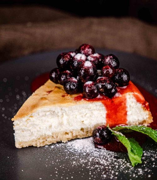 Чизкейк с ягодным соусом Заказать торт ресторан Лабиринт