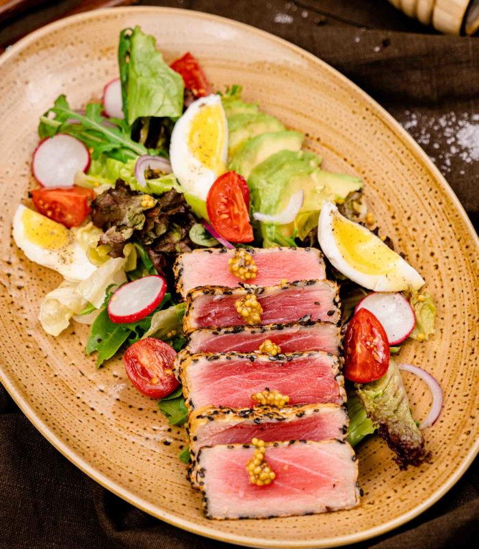 Микс салатов с тунцом и авокадо доставка в Орле ресторан Лабиринт узк