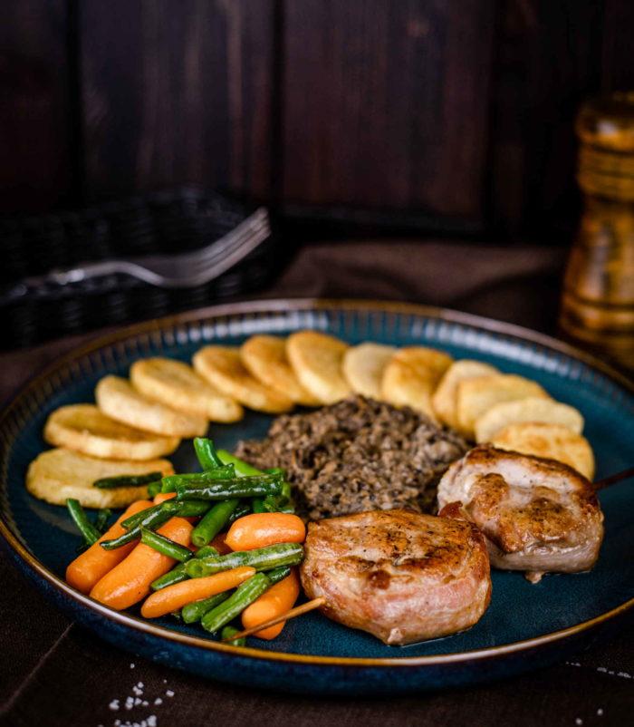 Медальоны из говядины в беконе с картофелем и грибным соусом доставка ресторан лабиринт в Орле банкеты
