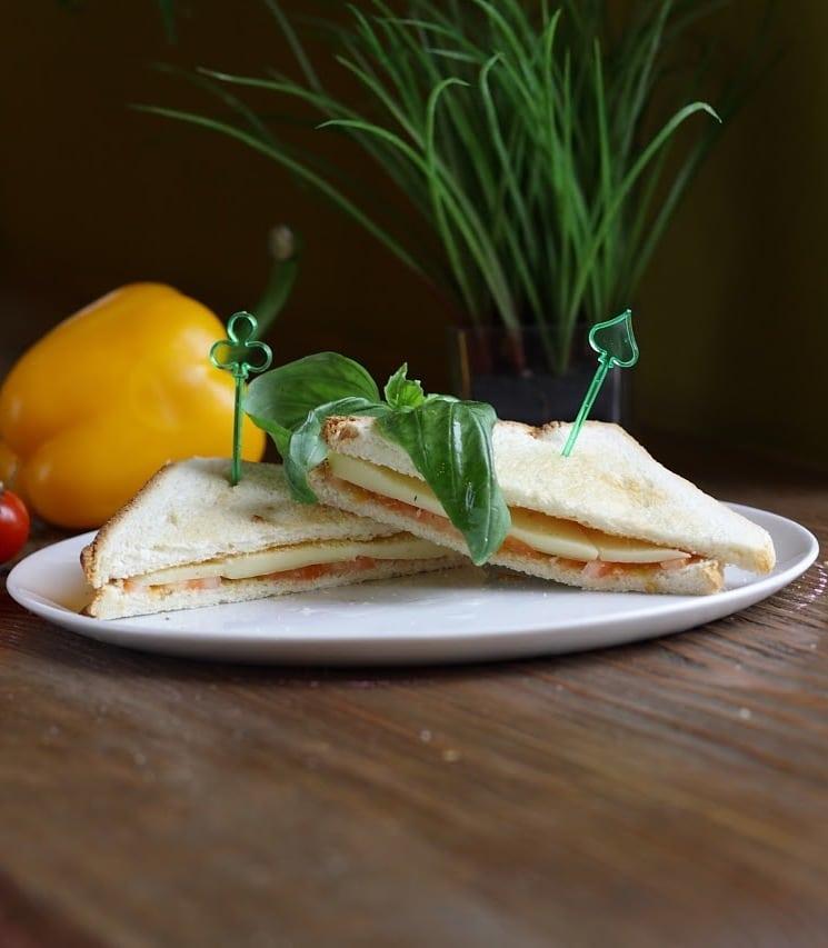 Сэндвич с соусом песто и моцареллой доставка сэндвичей и пиццы в Орле ресторан Лабиринт