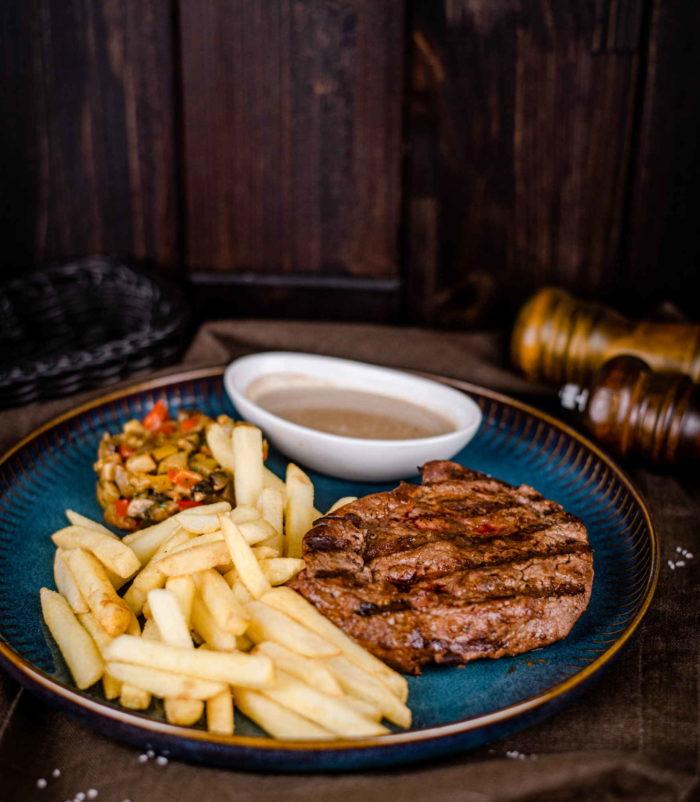 Стейк из говядины с перечным соусом доставка ресторан лабиринт в Орле банкеты