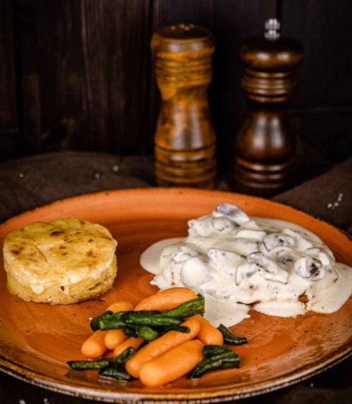 Стейк из свинины под соусом из шампиньонов доставка ресторан Лабиринт