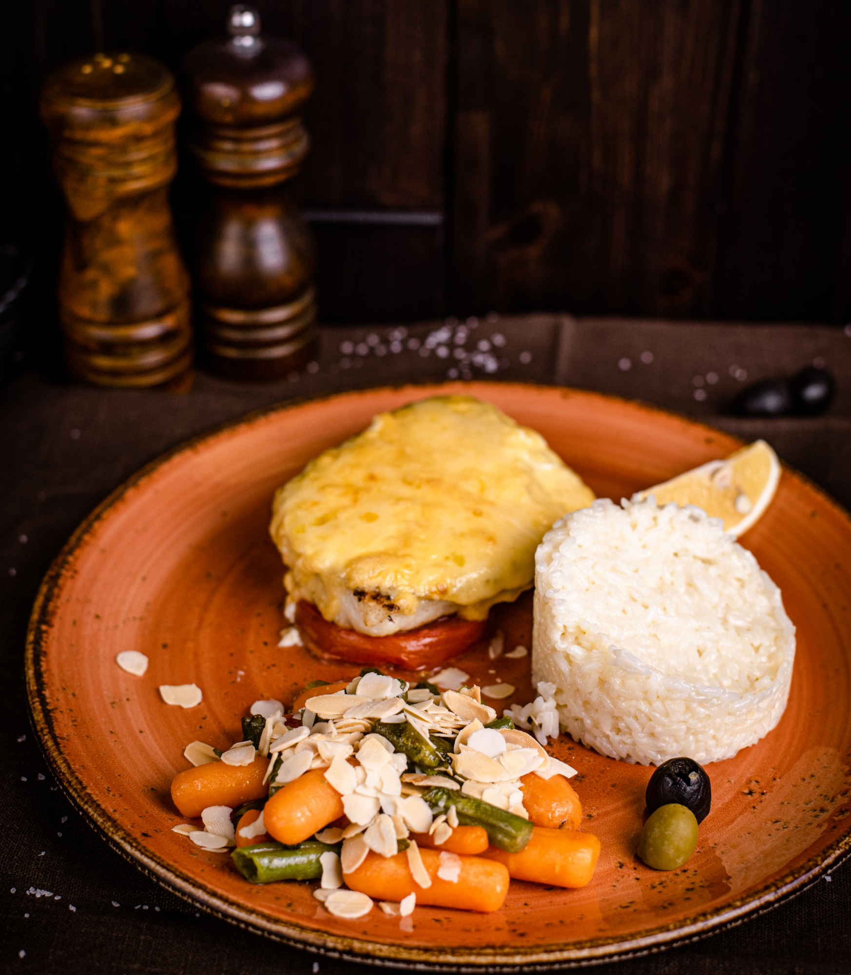 Судак запечённый с сыром и помидорами доставка ресторан Лабиринт в Орле